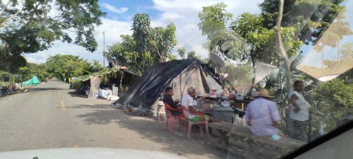 En imágenes: damnificados duermen en cambuches sobre la vía San Marcos-Majagual - Noticias de Colombia